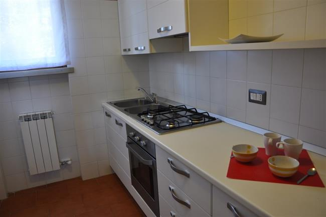Küche mit Kühlschrank und Backofen
