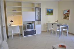 Wohnraum mit Sofa und SAT-TV